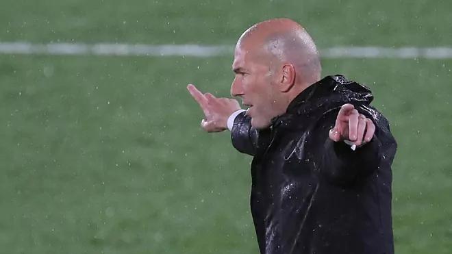 Zidane memimpin di bawah guyuran hujan di leg pertama.  Foto: Marca.