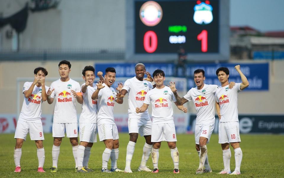 Minh Vương chia vui với đồng đội sau khi ghi bàn mở tỷ số. Ảnh: Lâm Thoả.