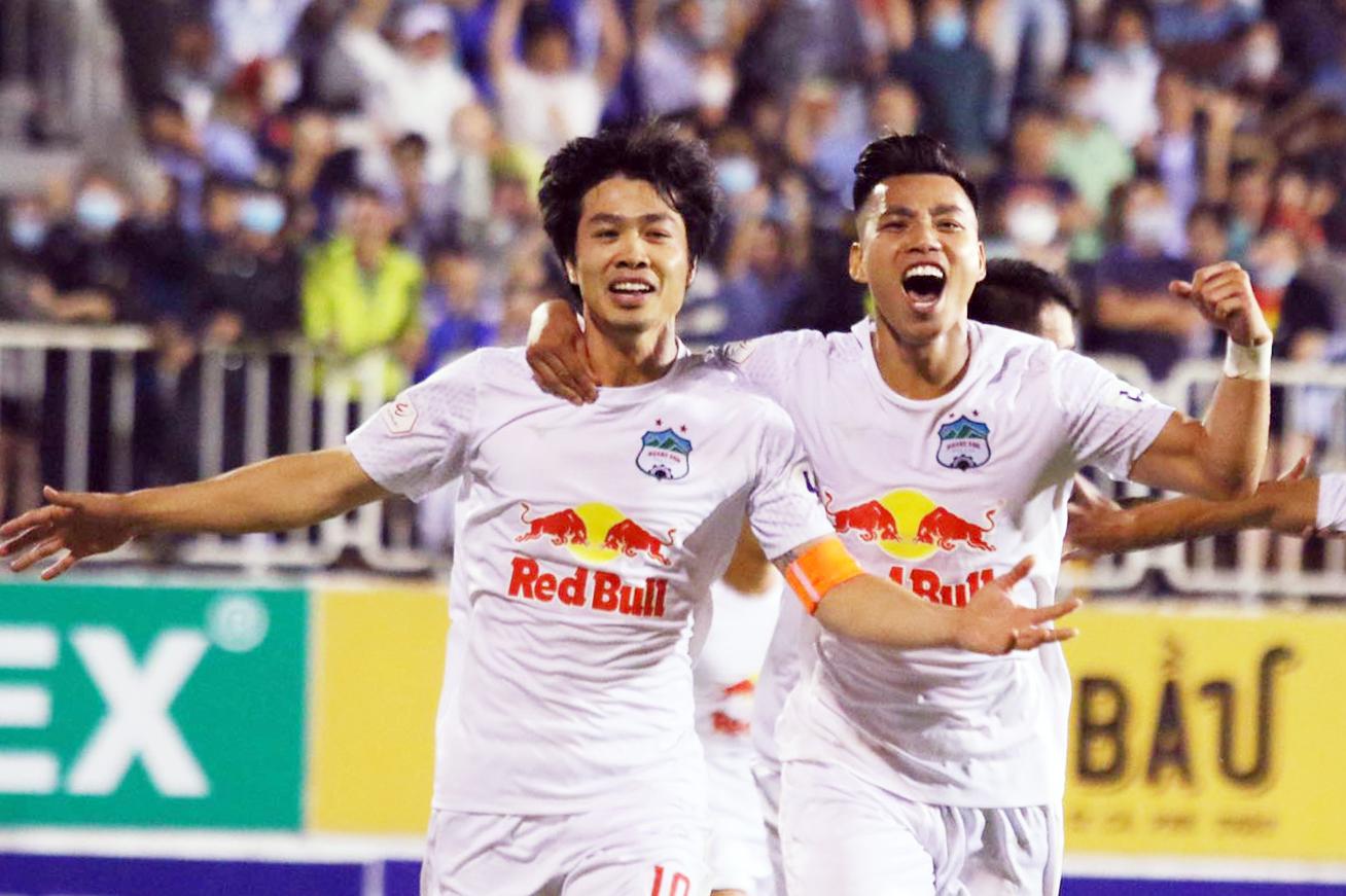 Công Phượng và đồng đội mừng bàn thắng ấn định chiến thắng 4-3 cho HAGL. Ảnh: Đông Huyền.