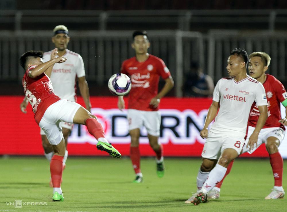 Trọng Hoàng (số 8) chỉ thi đấu được 29 phút trước khi rời sân vì chấn thương trong trận hòa 1-1 trên sân Thống Nhất ngày 27/4.