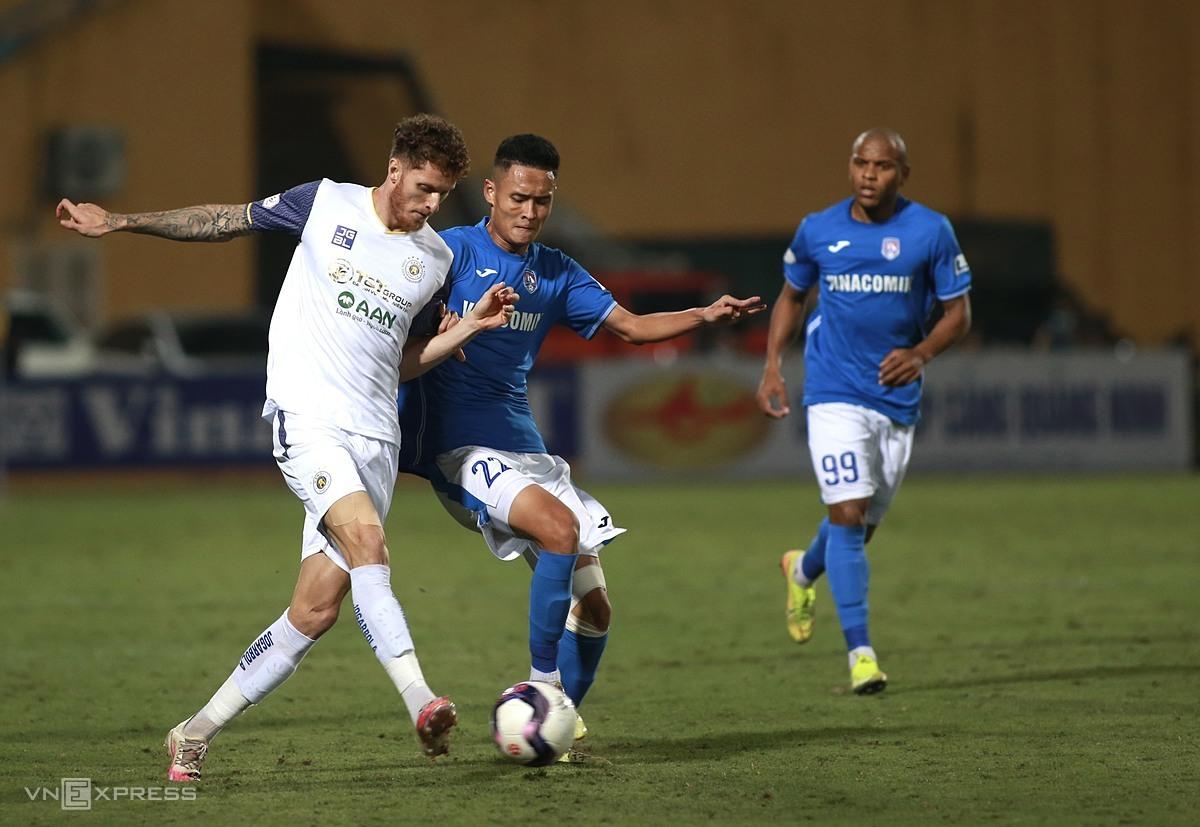 Quảng Ninh (áo xanh) nhanh chóng sụp đổ trong trận đấu với Hà Nội ở vòng 9 V-League 2021 tối 11/4. Ảnh: Lâm Thỏa.