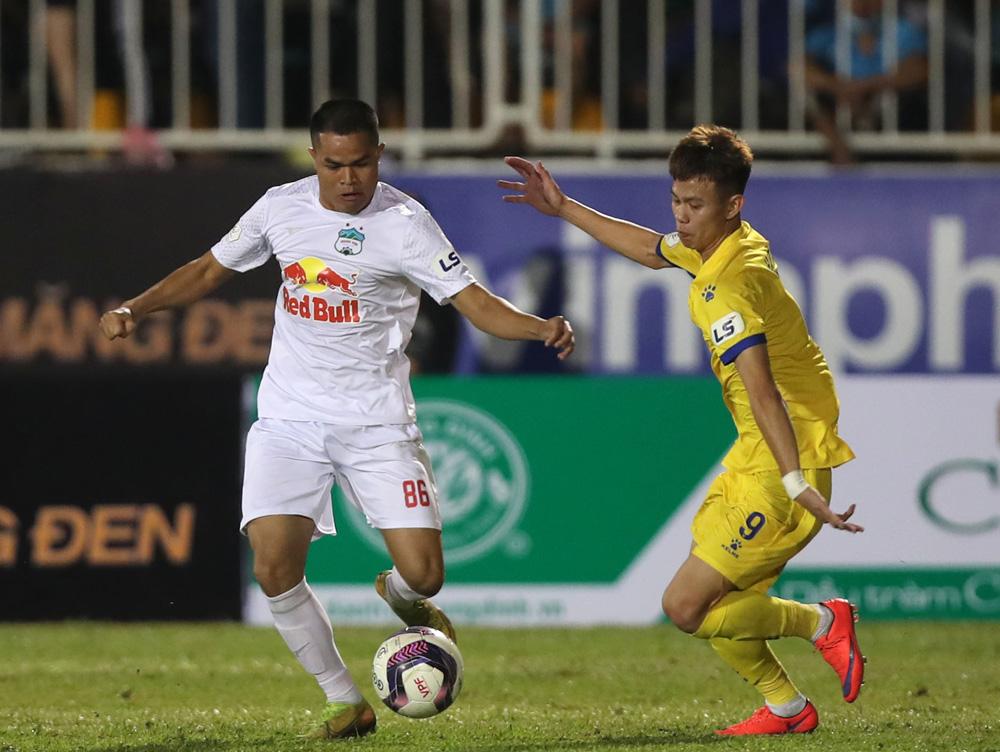 Nam Định (áo vàng) tấn công dồn dập, gây sức ép lên HAGL đến tận phút cuối cùng, dù vẫn thua 3-4 trên sân Pleiku hôm 12/4. Ảnh: VPF
