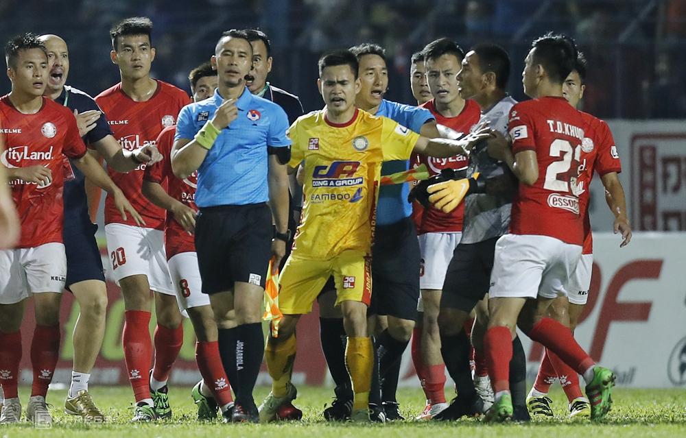 Cầu thủ TP HCM quay trợ lý trọng tài Nguyên Thành sau khi đánh rơi chiến thắng ở phút bù giờ ngày 12/4.