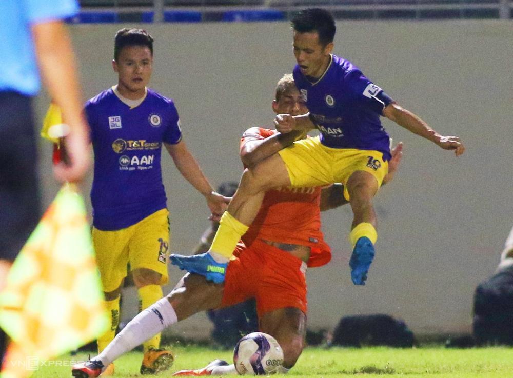 Văn Quyết phi người vào Janclesio khi Hà Nội thua Đà Nẵng 0-2 trên sân Hoà Xuân ở vòng 7 V-League 2021. Ảnh: Tịnh Đế