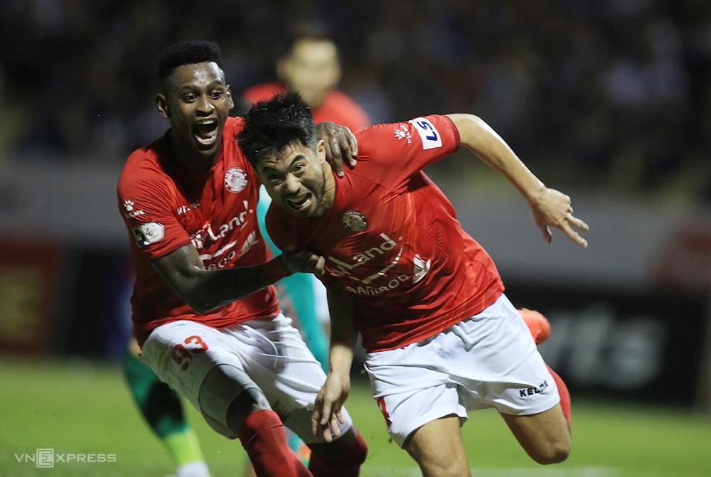 Lee Nguyễn có bàn thứ ba tại V-League 2021, khi TP HCM hoà 1-1 trên sân Thanh Hoá ngày 12/4. Ảnh: Lâm Thoả