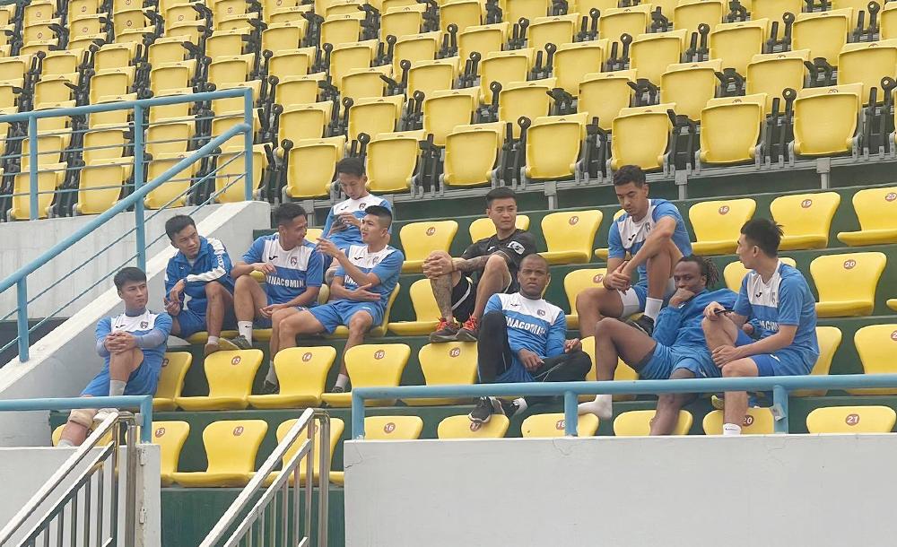 Cầu thủ Quảng Ninh đình công, ngồi trên khán đài, không tập chiều 31/3.
