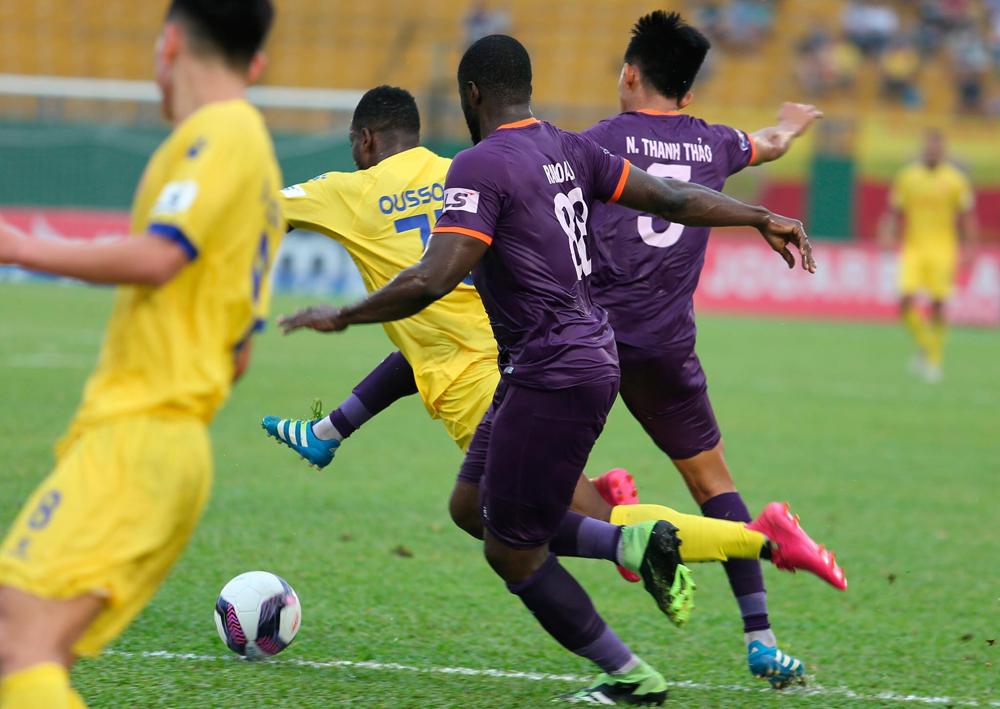 Oussou Kona bị xô ngã trong vòng cấm nhưng Nam Định không được hưởng 11m trên sân của Bình Dương ở vòng 8 V-League 2021. Ảnh: MC