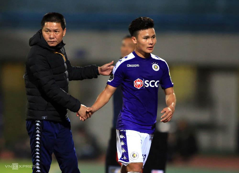 HLV Chu Đình Nghiêm chia tay đội bóng ngay trước khi toàn đội từ Đà Nẵng bay về Hà Nội.
