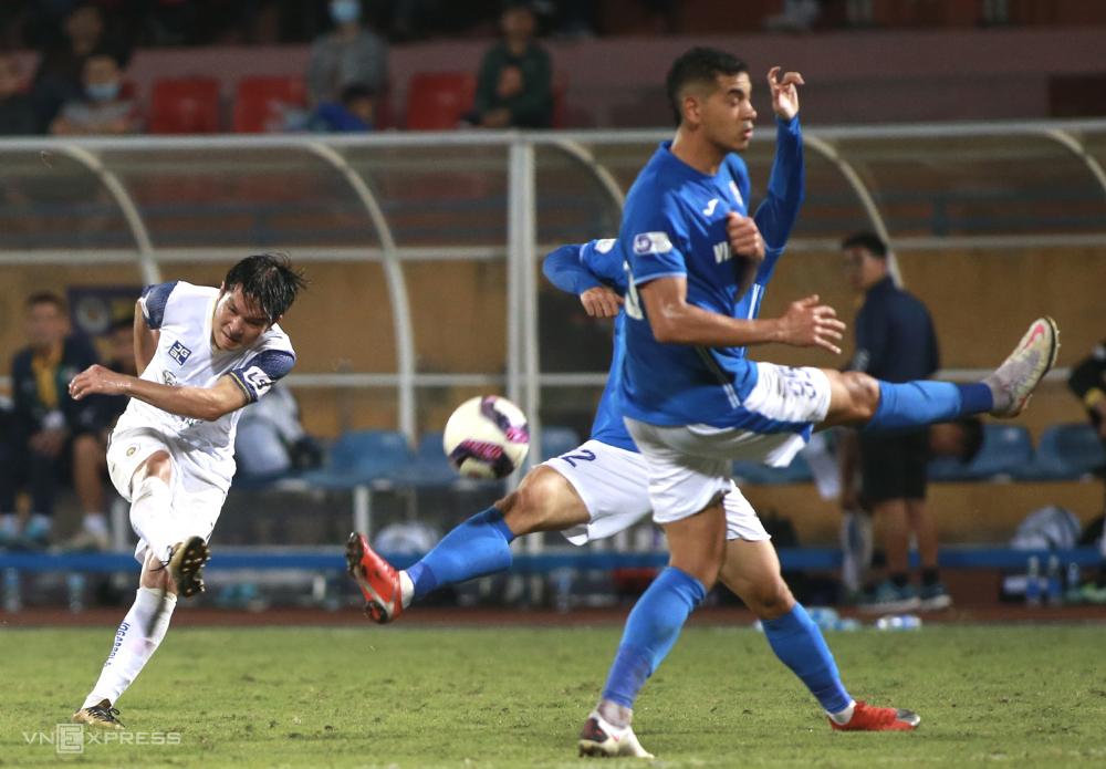 Quảng Ninh (áo xanh) thua đậm 0-4 khi tới làm khách của Hà Nội ở vòng tám V-League 2021. Ảnh: Lâm Thoả