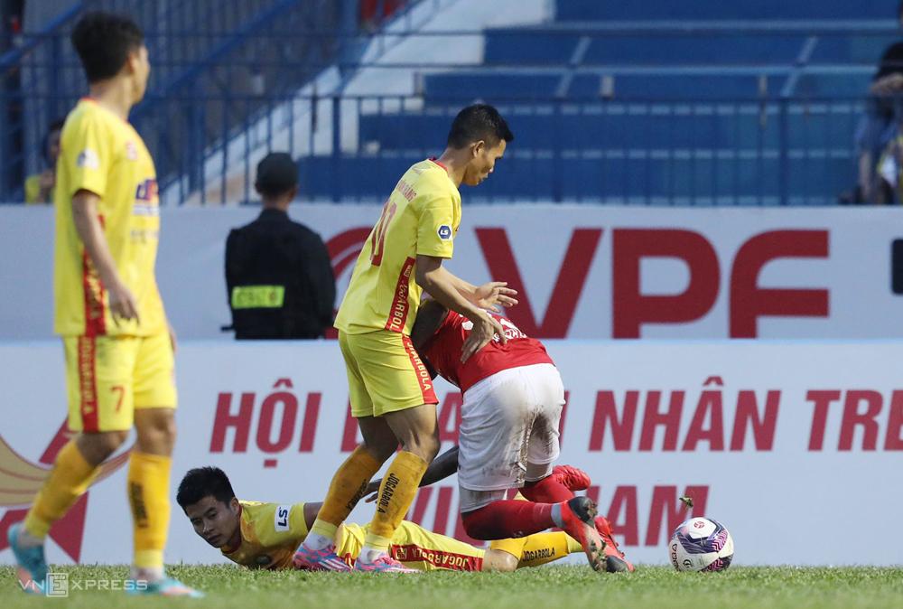 Junior Barros đuổi theo truy đuổi Thành Long khi bị đối thủ chơi xấu. Ảnh: Lâm Thoả