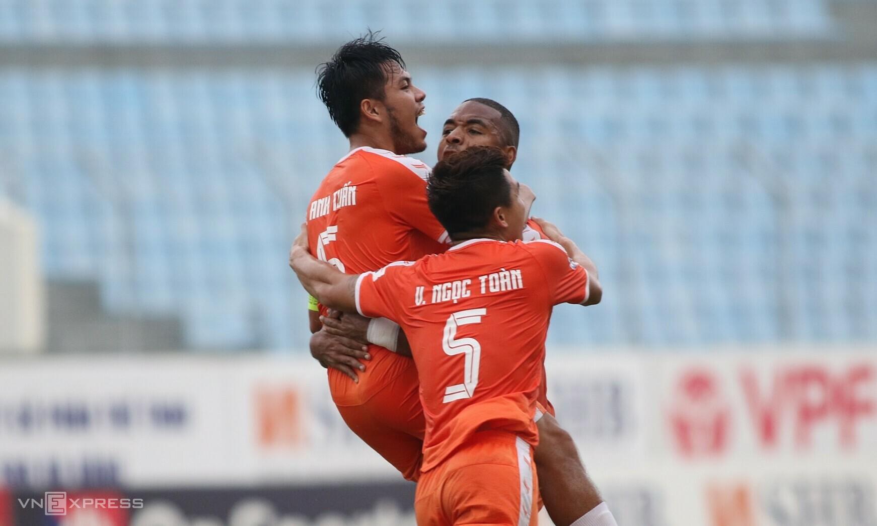 Anh Tuấn (trái) mừng bàn đầu tiên kể từ năm 2019. Ảnh: Tịnh Đế