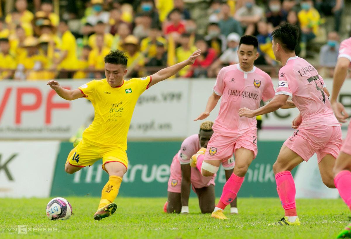 SLNA (áo vàng) chơi lép vế trước Hà Tĩnh dù thi đấu trên sân nhà. Ảnh: Hùng Lê