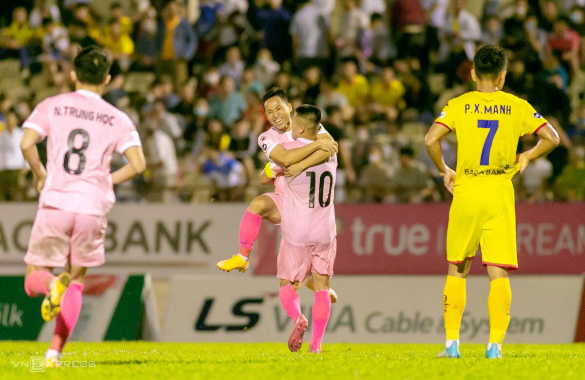 Tuấn Hải (số 10) cùng đồng đội ăn mừng bàn thắng ấn định tỷ số 2-0. Ảnh: Hùng Lê