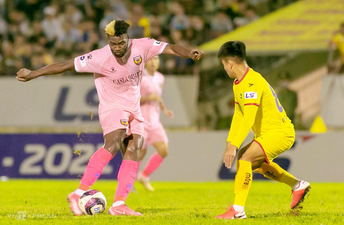 Chevaughe Walsh (áo hồng) tỏa sáng giúp Hà Tĩnh thắng derby xứ Nghệ. Ảnh: Hùng Lê