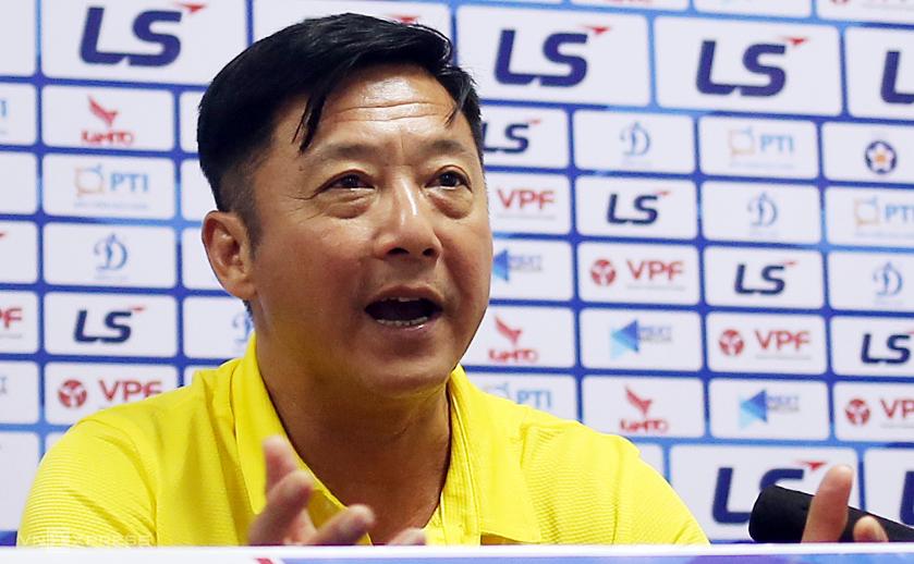 HLV Lê Huỳnh Đức chia sẻ trong buổi họp báo sau trận thua HAGL 0-2. Ảnh: Đức Đồng.