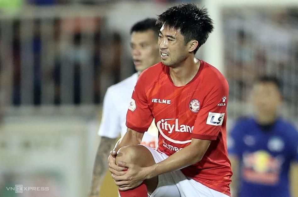 Lee Nguyễn chưa chắc ra sân sau chấn thương gặp phải ở trận thua HAGL 0-3. Ảnh: Đức Đồng.