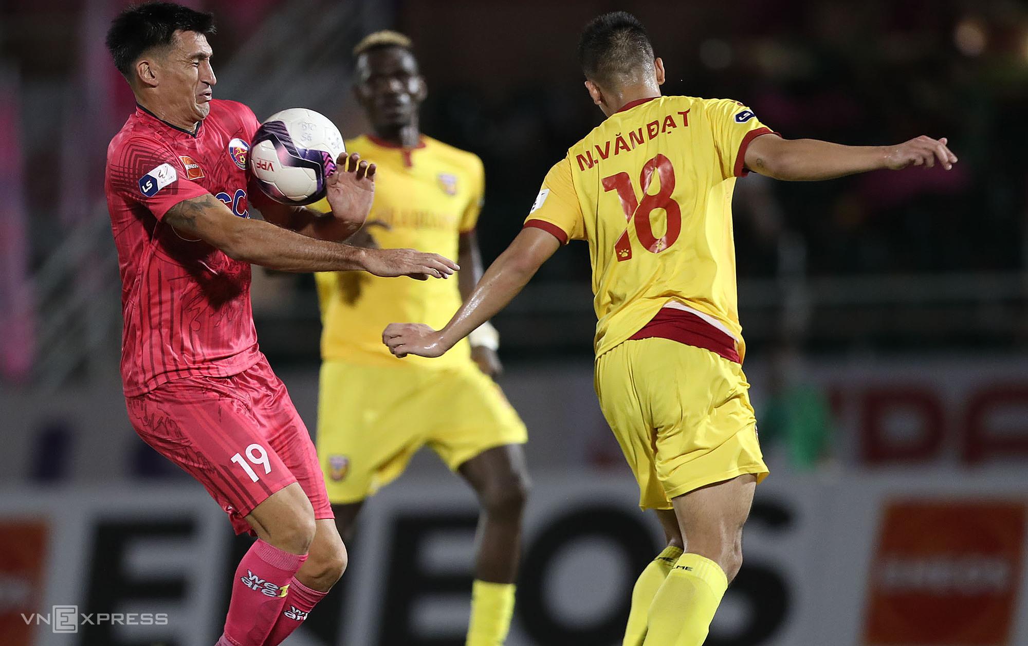 Tình huống Đỗ Merlo dùng tay khống chế bóng trước khi sút tung lưới Hà Tĩnh mang về chiến thắng cho Sài Gòn FC. Ảnh: Đức Đồng.
