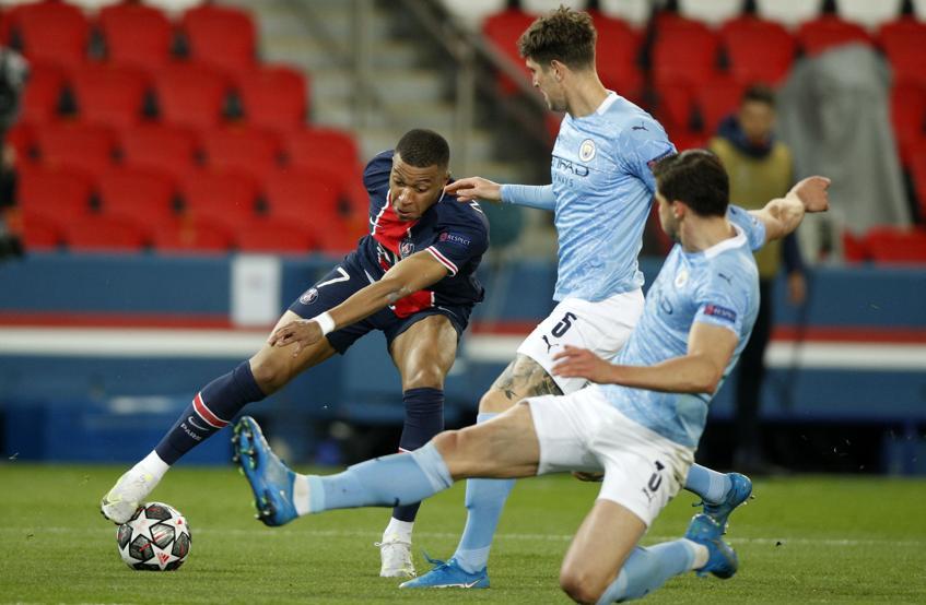 Cặp trung vệ Dias - Stones khóa chặt Mbappe trong trận lượt đi. Ảnh: EFE.