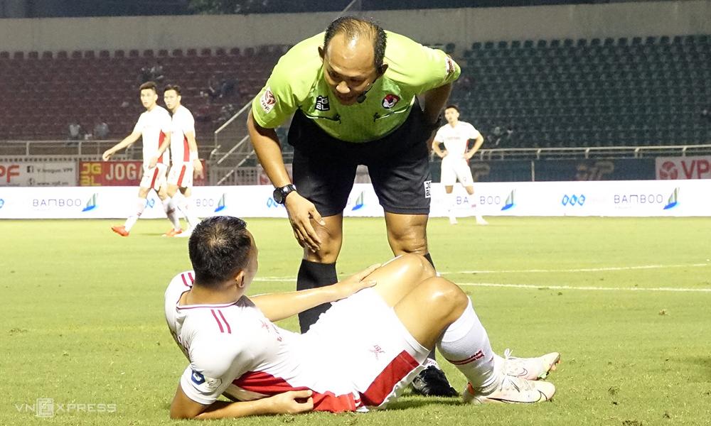 Trọng Hoàng bị đau mà không có va chạm nào với cầu thủ đối phương trong trận TP HCM - Viettel trên sân Thống Nhất, hôm 27/4.