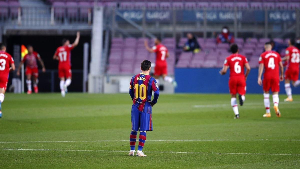 Messi bất lực nhìn cầu thủ Granada ăn mừng chiến thắng ngay tại Camp Nou. Ảnh: AS.