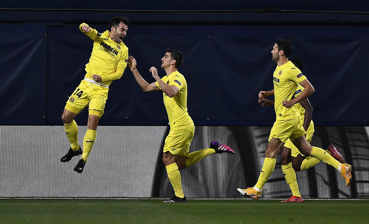 Manu Trigueros (kiri) mengucapkan selamat kepada gol pembuka Villarreal.  Foto: Reuters.