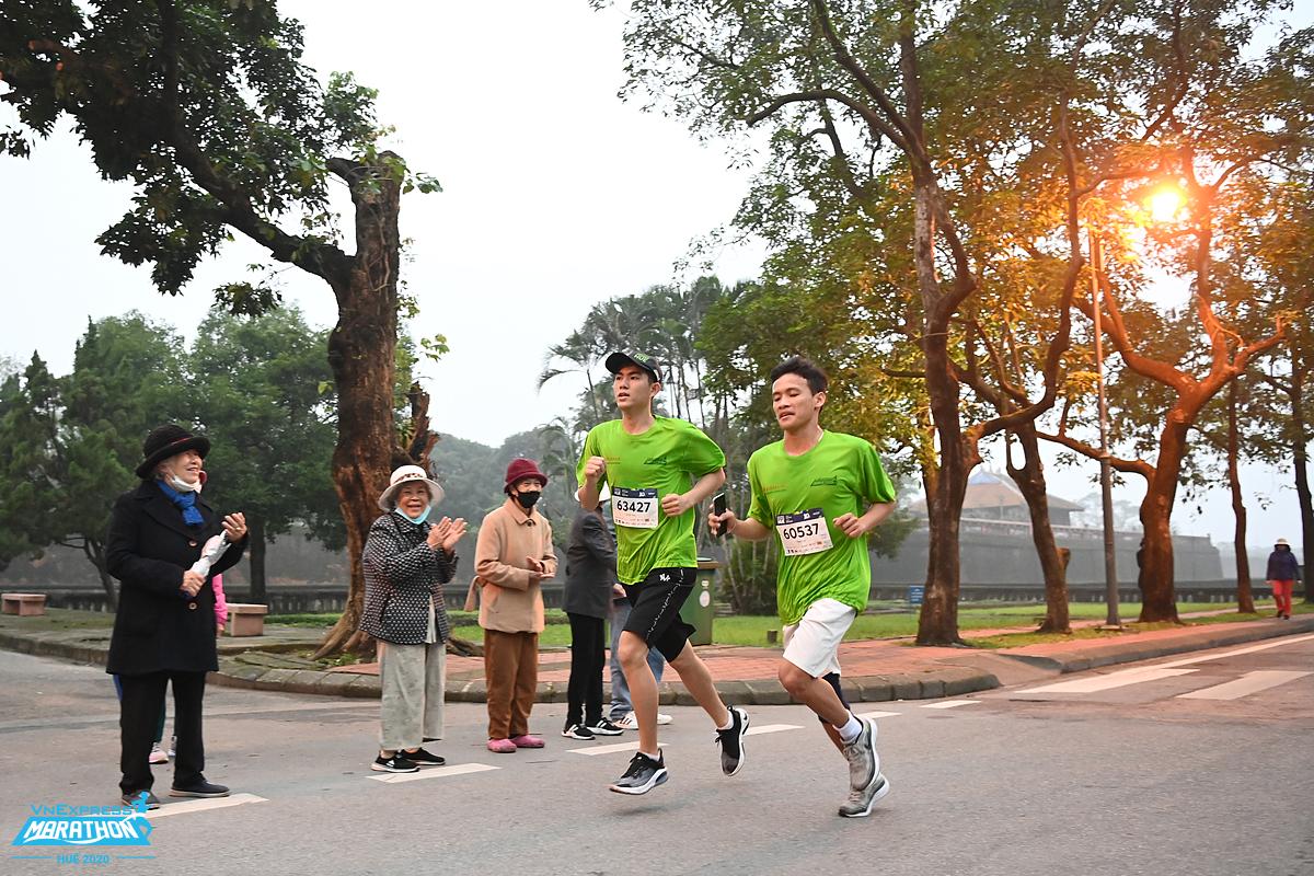 Hai runner chạy trong ánh bình minh tại giải VM Huế 2020. Ảnh: VnExpress Marathon.