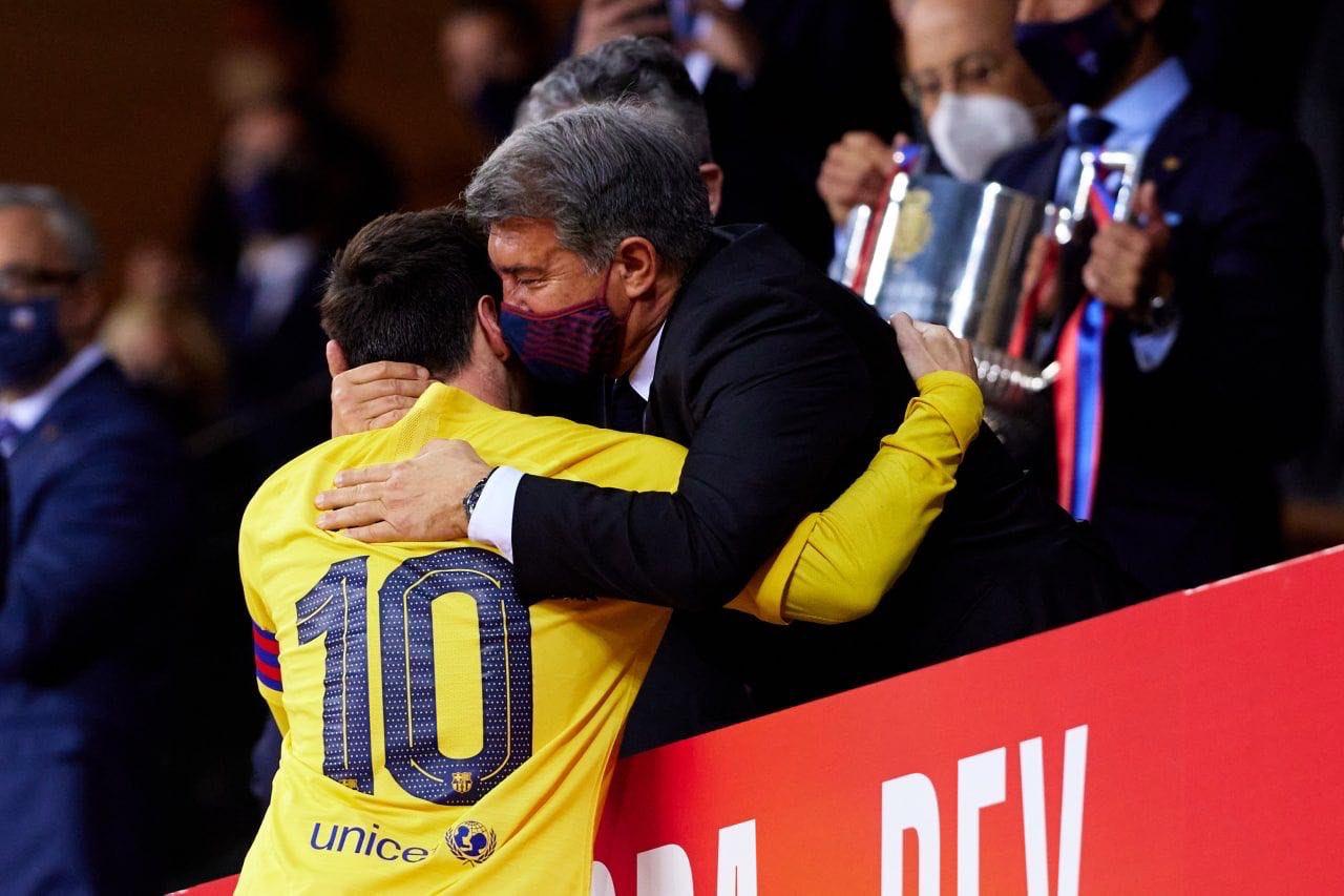 Messi memeluk Laporta selama upacara penobatan di Piala Raja pada 17 April.  Foto: Twitter / Barcelona