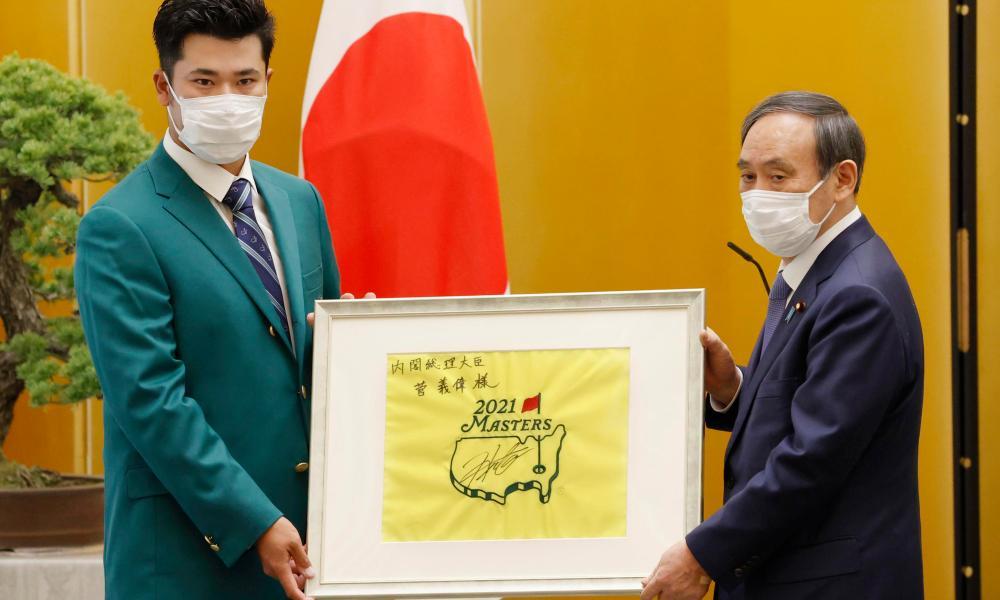 Matsuyama menerima penghargaan dari Perdana Menteri Suga pada 30 April.  Foto: AP