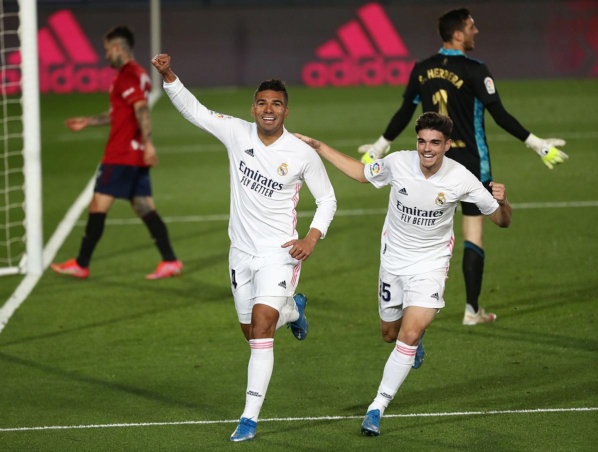 Casemiro (kiri) merayakan gol kemenangan untuk Real.  Foto: Reuters.