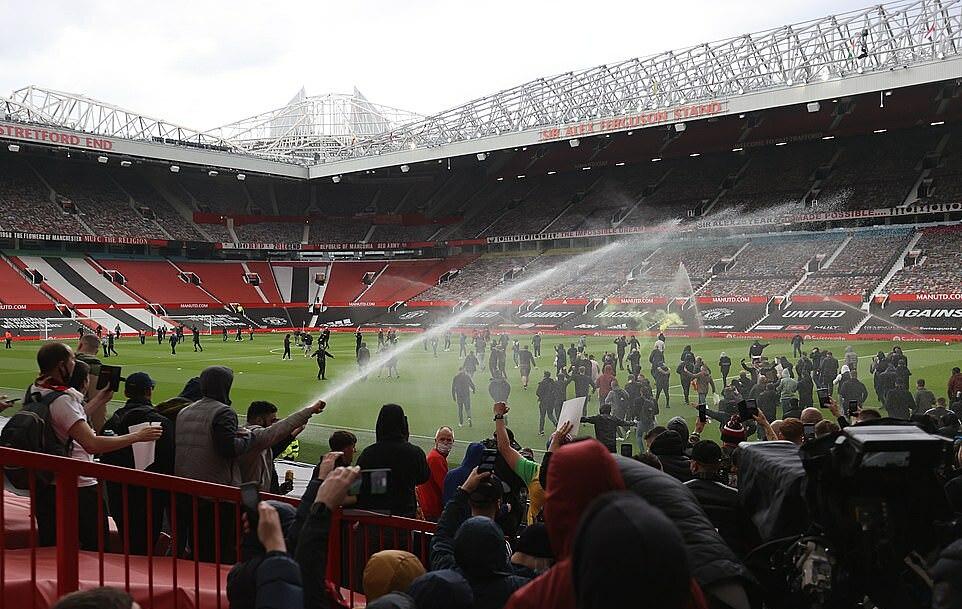 Adegan di Old Trafford dua jam sebelum bola bergulir.  Foto: Reuters.