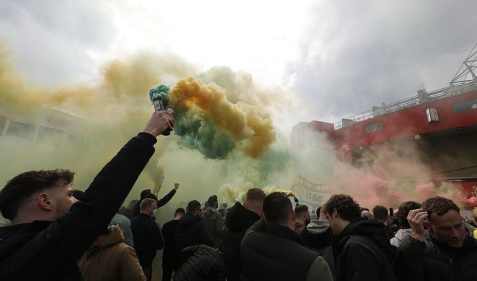 Bom asap juga digunakan untuk memprotes Glazers.  Foto: Reuters.