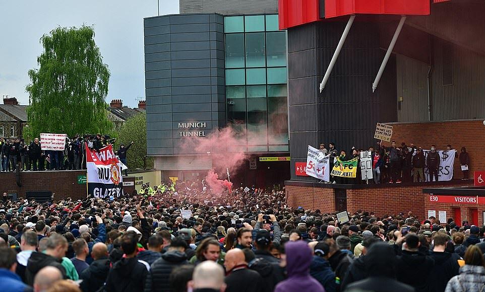 Các CĐV gây bạo loạn bên ngoài sân Old Trafford. Ảnh: Reuters.