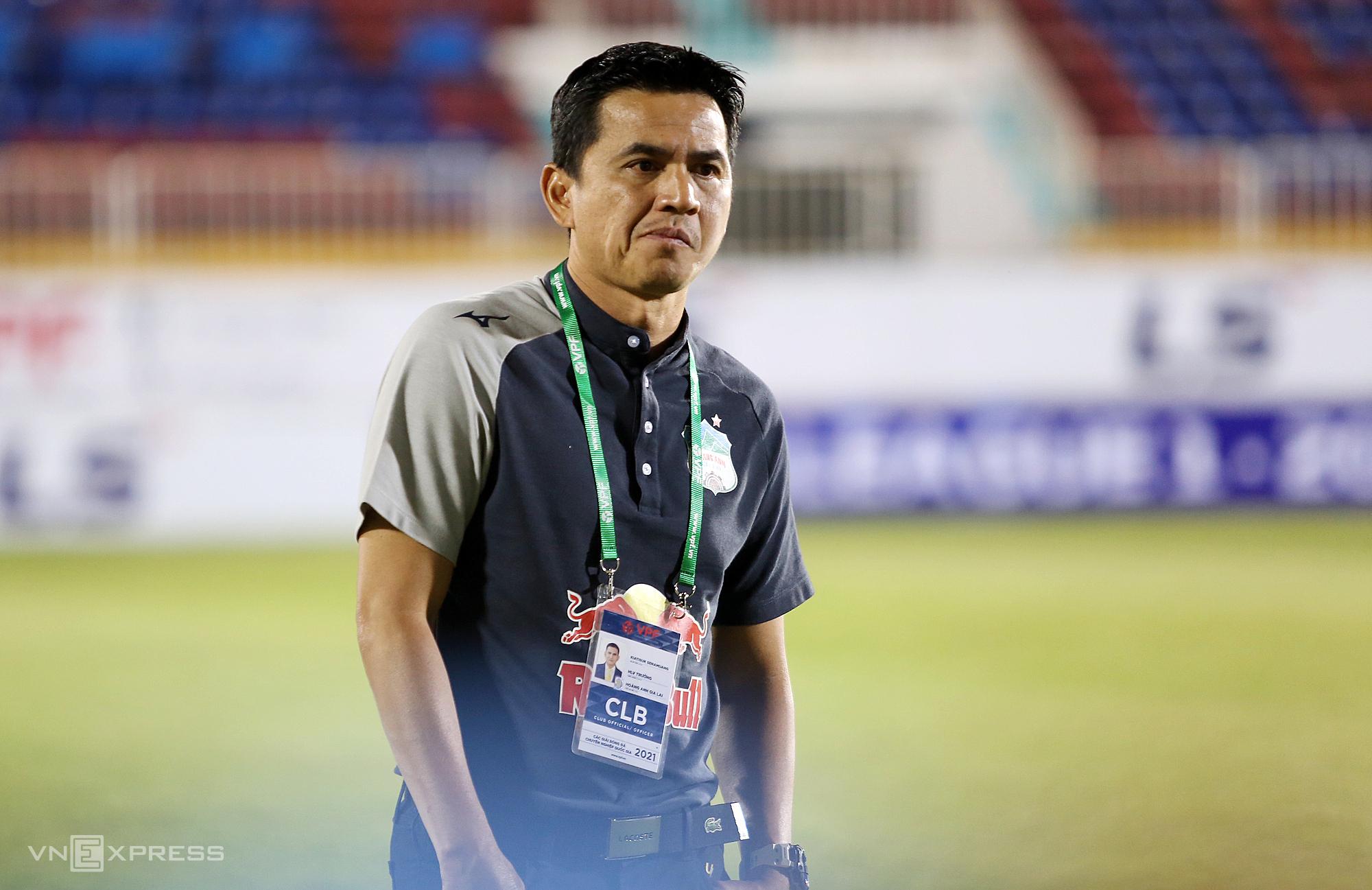 Pelatih Kiatisuk setelah hasil imbang HAGL melawan Binh Duong.  Foto: Duc Dong.