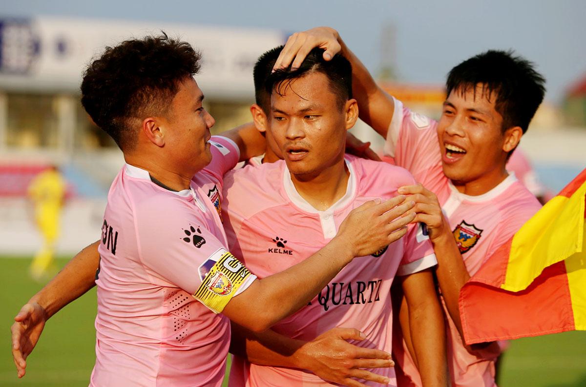 ผู้เล่น Ha Tinh กอด Van Hiep (กลาง) เพื่อฉลองตีเสมอ 1-1 กับ Nam Dinh  ภาพ: Duc Hung