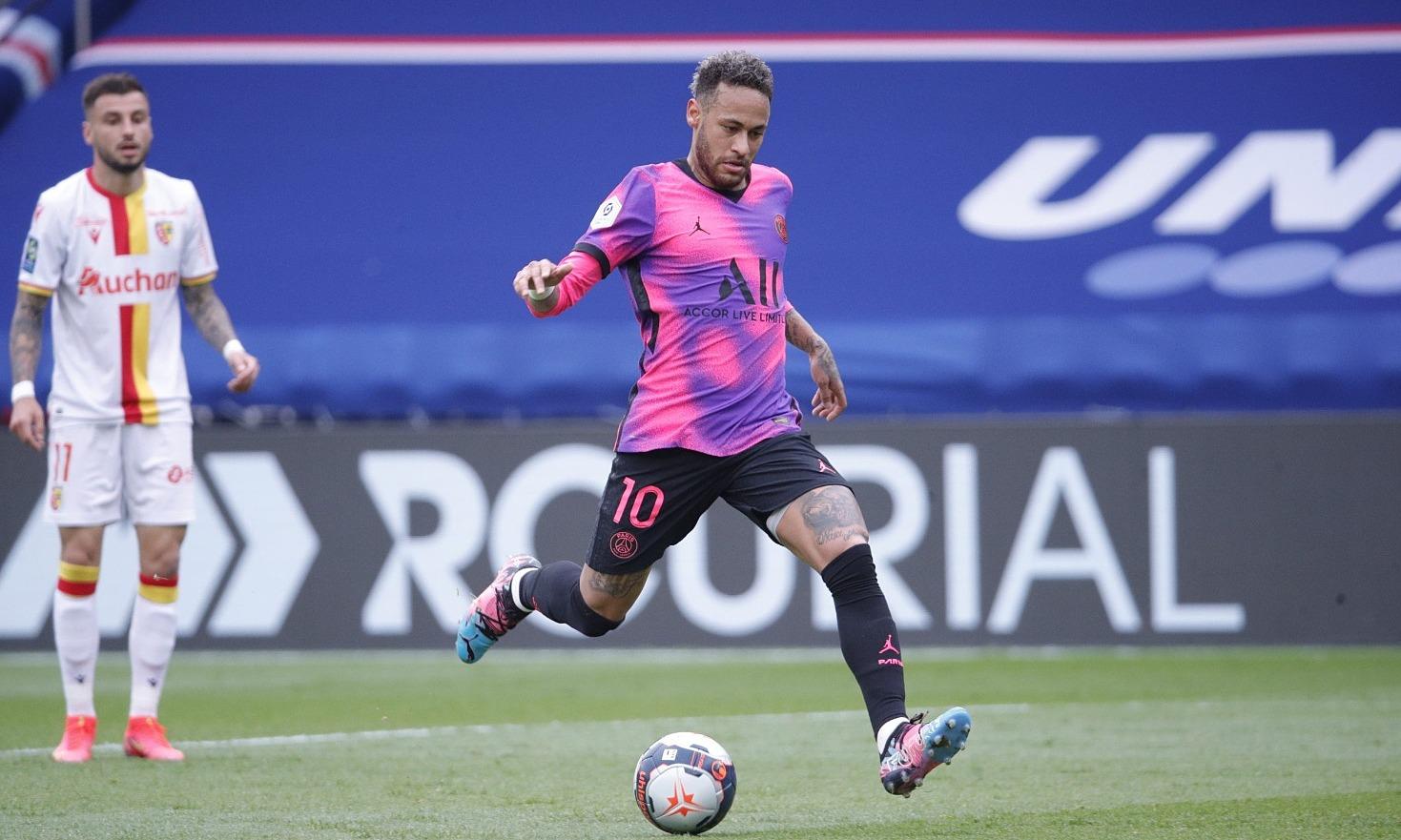 Neymar dalam situasi membuka skor bagi PSG.  Foto: Twitter / PSG