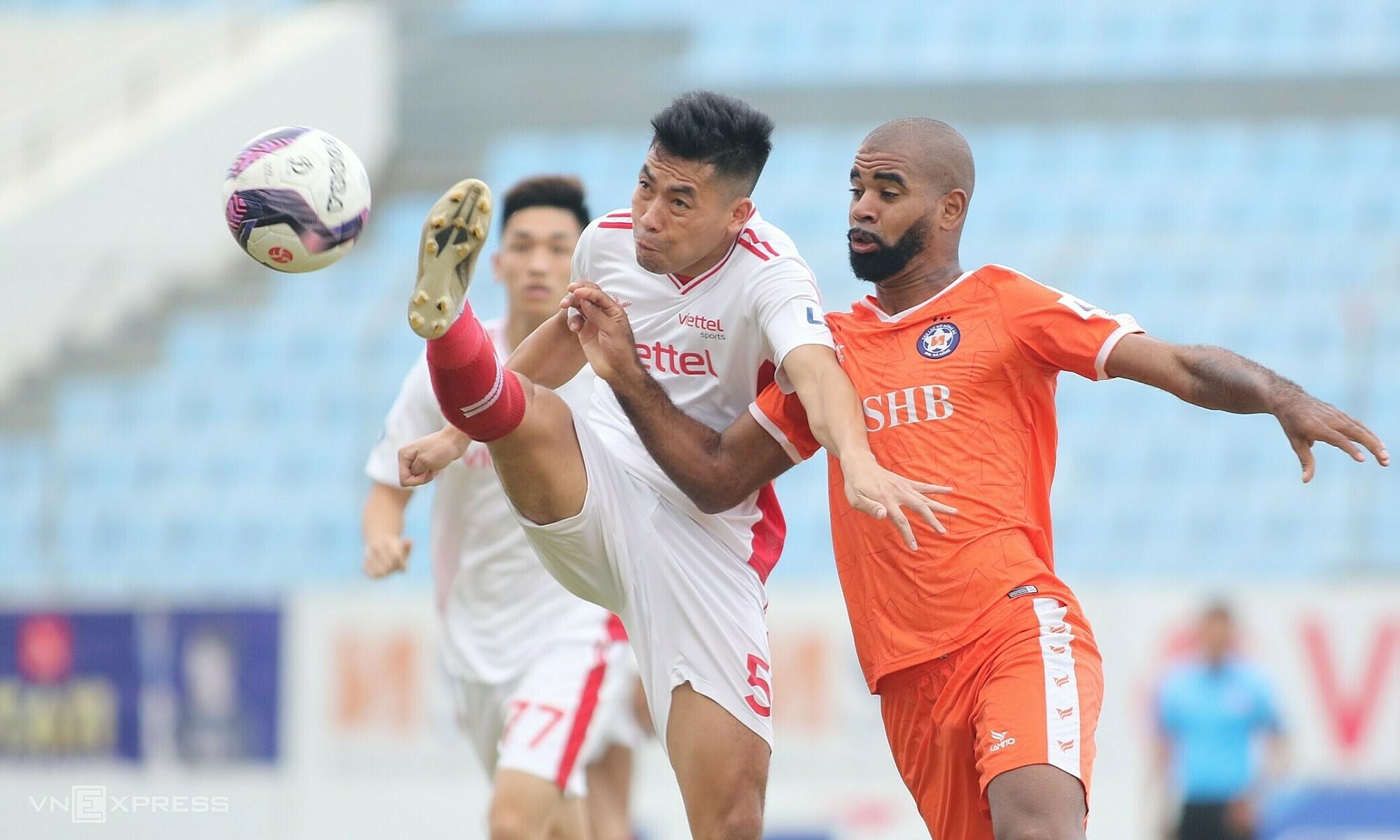 Chiến thắng của Viettel (áo trắng) trên sân Hoà Xuân hứa hẹn sẽ tăng thêm kịch tính cho cuộc đua vô địch V-League 2021. Ảnh: Tịnh Đế