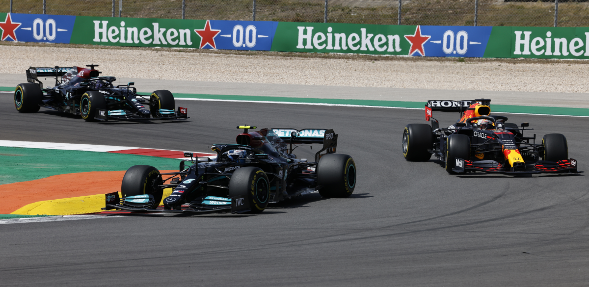 Usai menyalip Bottas dan Verstappen, Hamilton dengan mudah mengamankan tempat nomor satu hingga akhir leg.  Foto: Reuters.