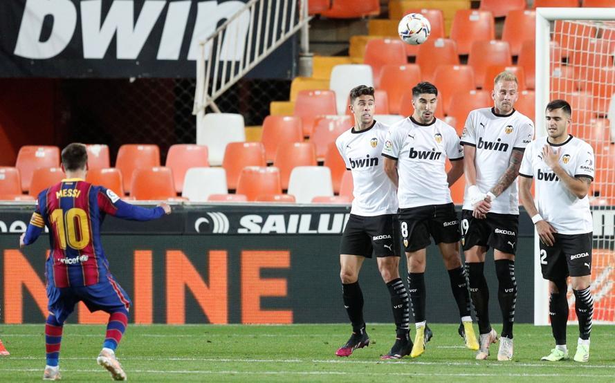 Messi đá phạt hàng rào nâng tỷ số lên 3-1 ở phút 69 trên sân Mestalla hôm 2/5. Ảnh: EFE