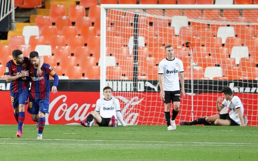 Cầu thủ Valencia tỏ ra chán nản sau khi nhận bàn thua thứ ba. Ảnh: EFE