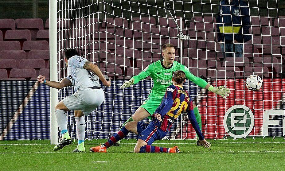 Ter Stegen đang trở thành điểm yếu của Barca mùa này. Ảnh: Reuters