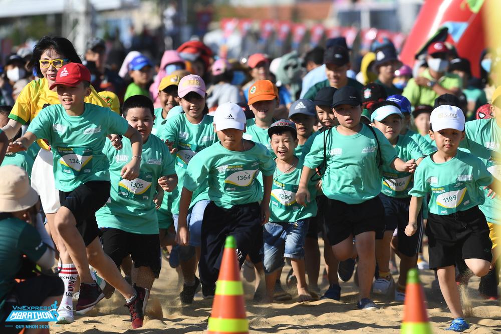 Các em nhỏ tham dự giải chạy nhí Quy Nhơn hồi tháng 7/2020. Ảnh: VnExpress Marathon.