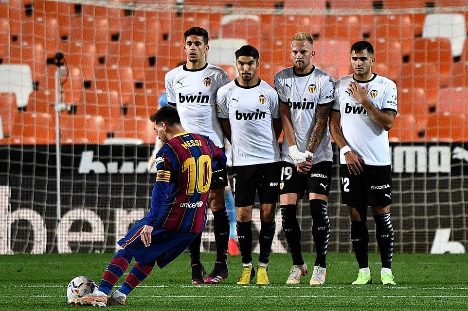 Messi sút phạt nâng tỷ số lên 3-1 trong trận thắng Valencia. Ảnh: Reuters.