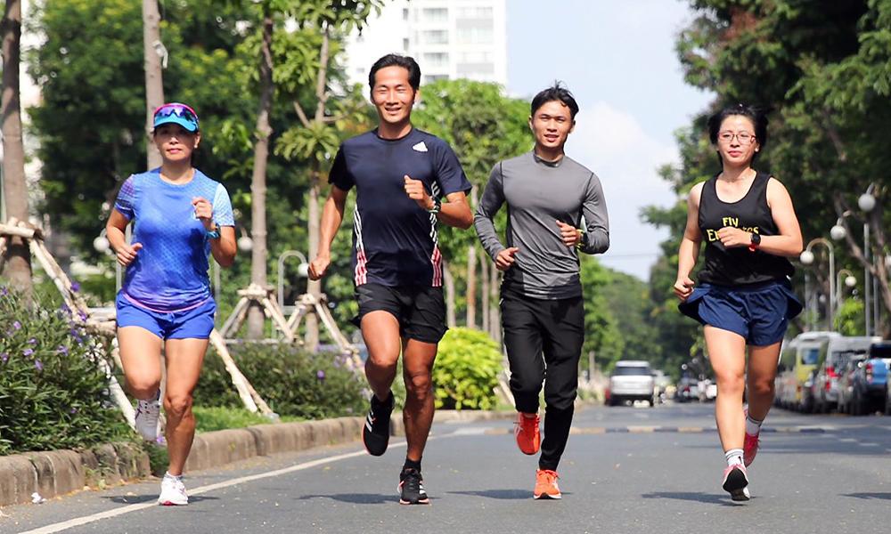 Runner Đào Thị Quỳnh Thoa đeo đồng hồ chung của cả team chạy những kilomet cuối cùng trong thử thách 1000km tiếp sức của cả team. Ảnh: Thiên Minh