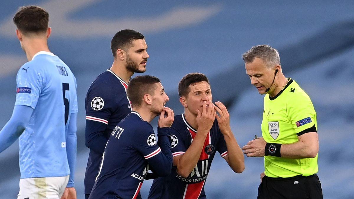 Cầu thủ PSG tranh cãi với trọng tài Kuipers, sau khi ông rút thẻ đỏ với Di Maria. Ảnh: Sky.