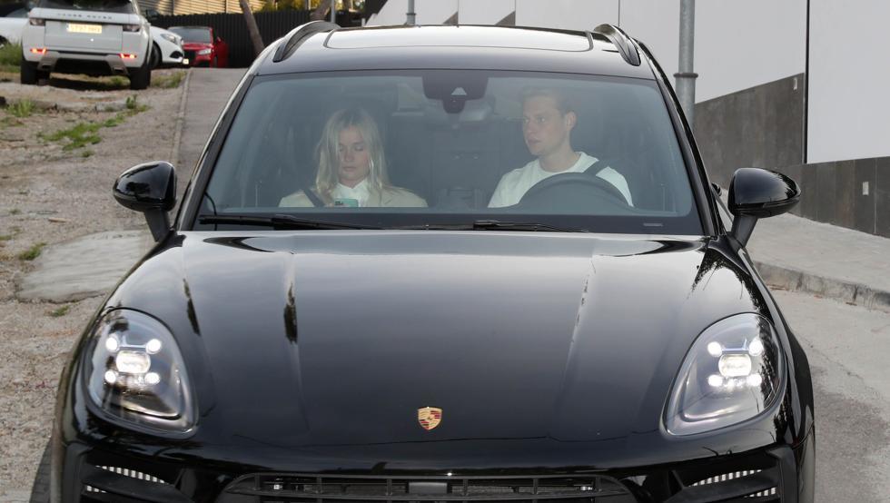 De Jong dan pacarnya meninggalkan rumah Messi setelah pesta.  Foto: Mundo Deportivo