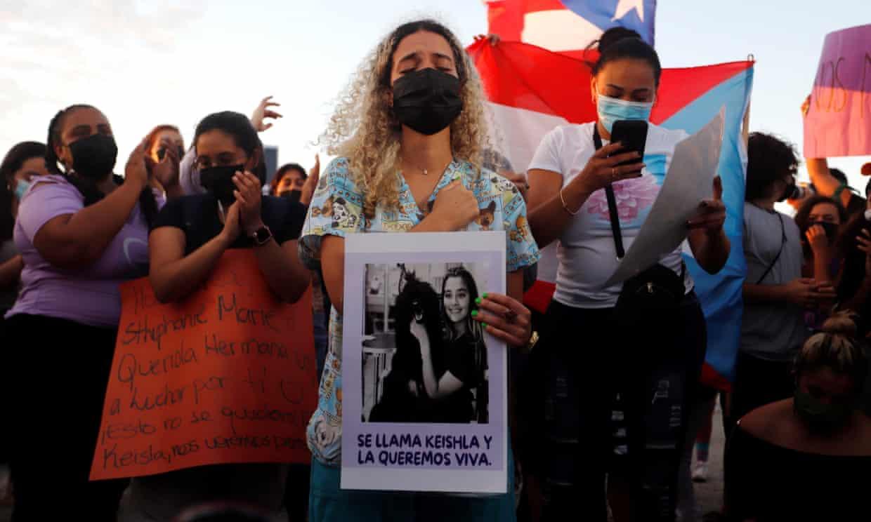 Adik Keishla Rodriguez memeluk fotonya selama rapat umum keadilan korban.  Foto: EPA