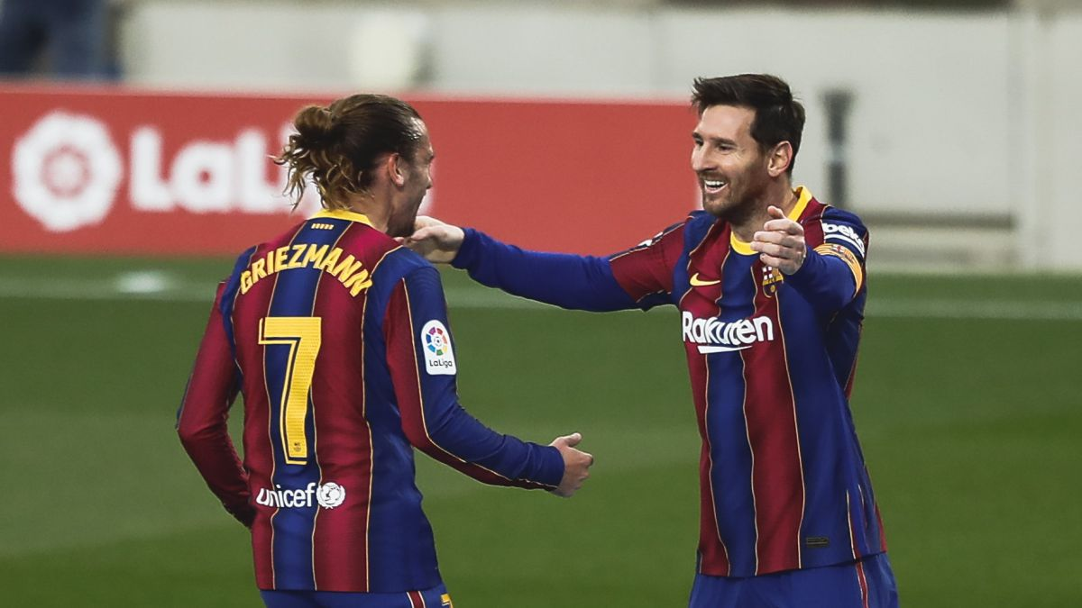 Messi berbagi kegembiraannya dengan Griezmann setelah mencetak gol dalam kemenangan 3-2 atas Valencia.  Foto: AS