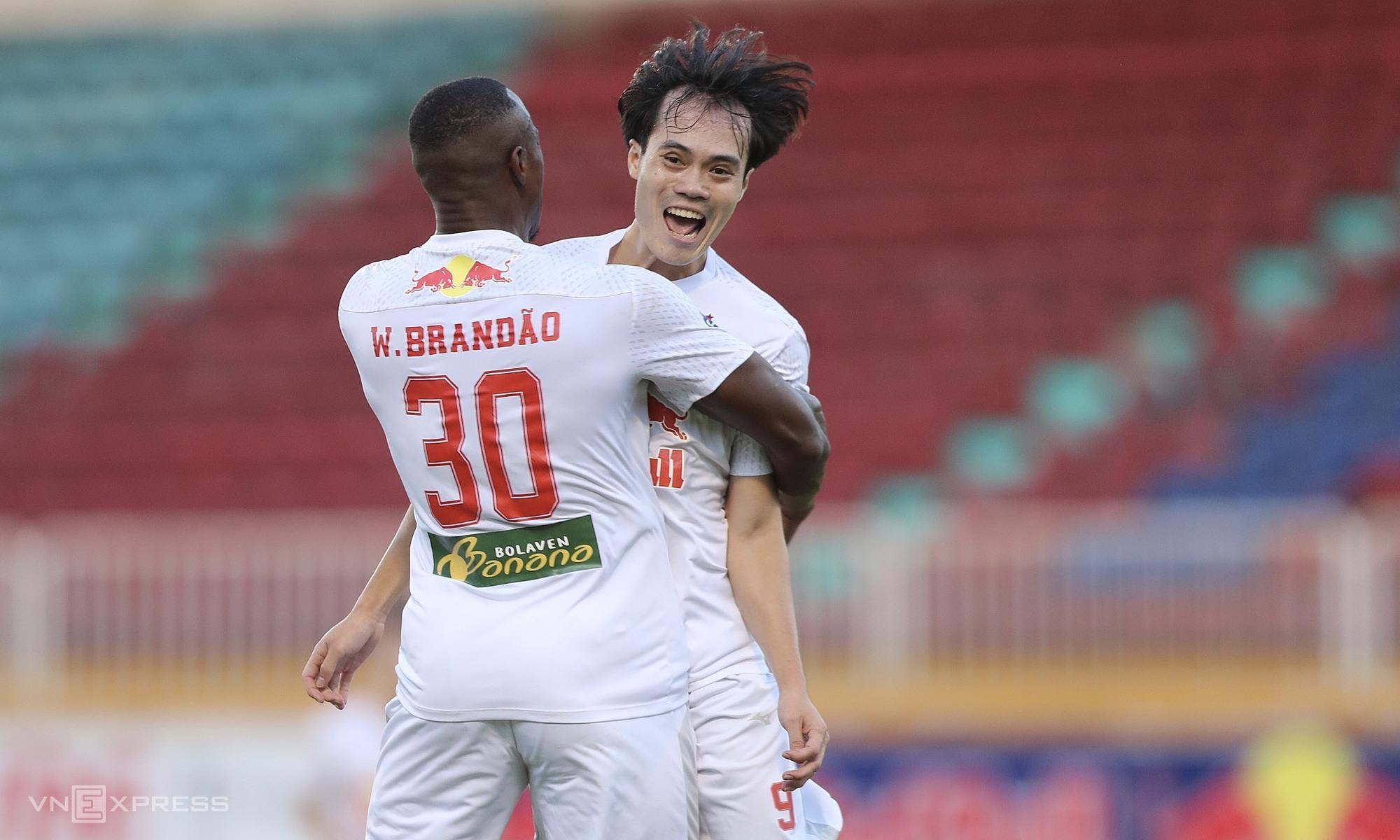Brandao membantu Van Toan menjadi dobel utama dalam serangan HAGL.  Foto: Duc Dong
