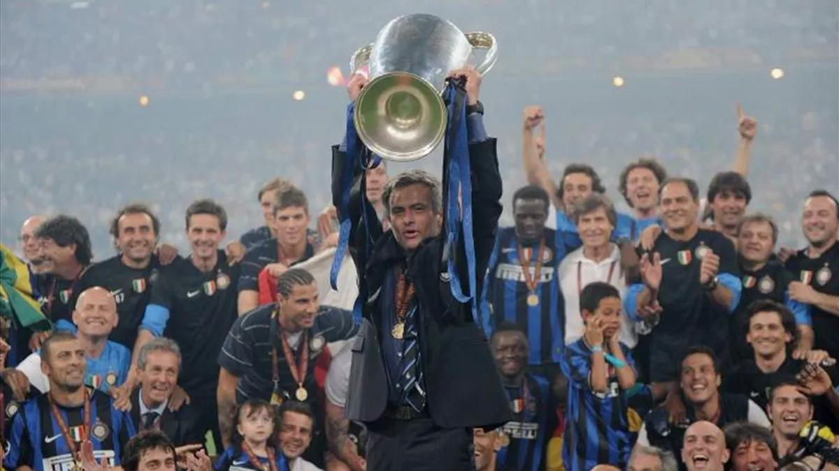 Mourinho giương cao chức vô địch Champions League cùng Inter năm 2010. Ảnh: Eurosport.