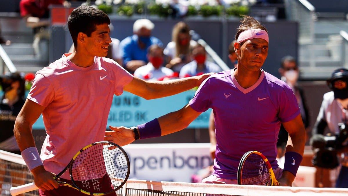 Nadal (kanan) memenangkan pertandingan ke-53 di Madrid.  Foto: AP.